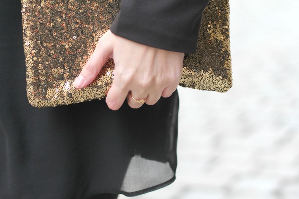 Blogger Outfit Black Glam Deichmann Stiefeletten gold Clutch goldener Sternring