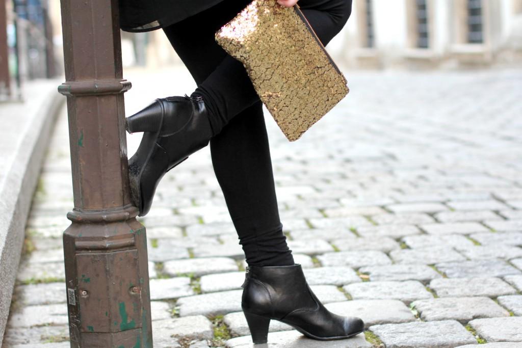 Blogger Outfit Black Glam Deichmann Stiefeletten goldene Clutch