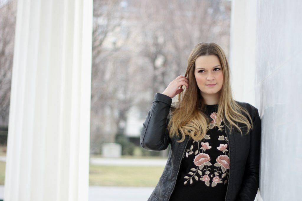 Blogger Outfit Pliseerock Netzstrupfhose Blumenpulli