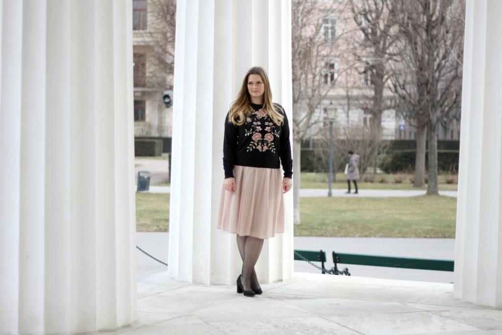 Blogger Outfit Pliseerock Netzstrupfhose Deichmann Pumps rosa Blumen Stickerei Sweater
