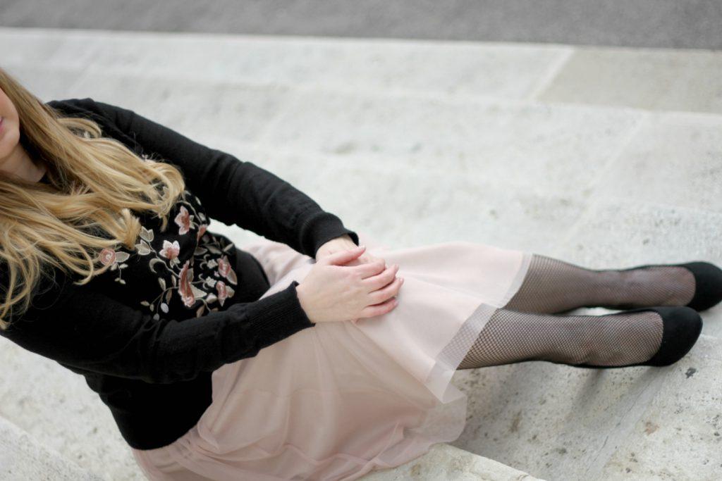 Blogger Outfit Pliseerock Netzstrupfhose rosa Blumen Sweater