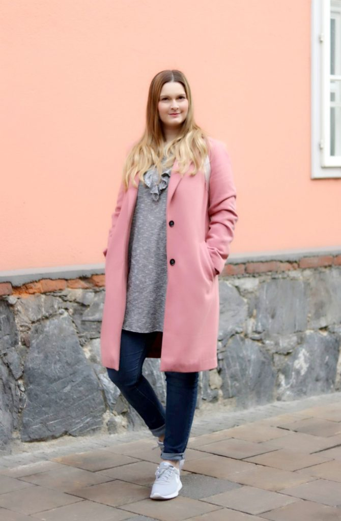 Blogger Outfit Rosa Mantel Graue Nike Sneakers Pink Coat
