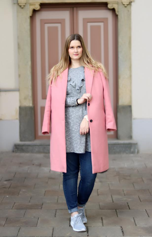 Blogger Outfit Rosa Mantel Graue Ruschen Nike Sneakers