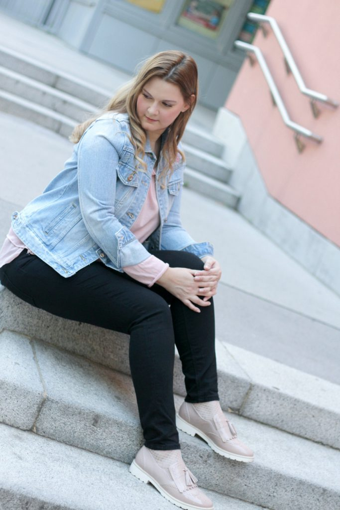 Ellie Gouding Deichmann Schuhe rosa Fransen Fringe Loafer Blogger Outfit Flamingo Jeansjacke Fashionblog Wien