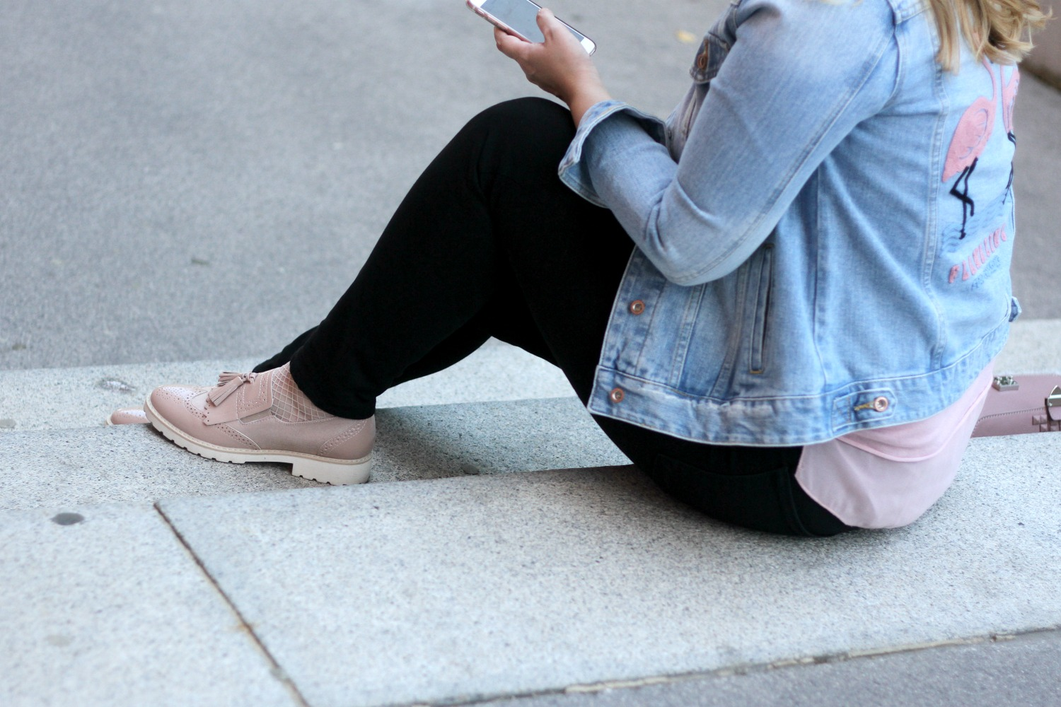 Outfit Flamingo Jeansjacke und Fransen Loafers in rosa