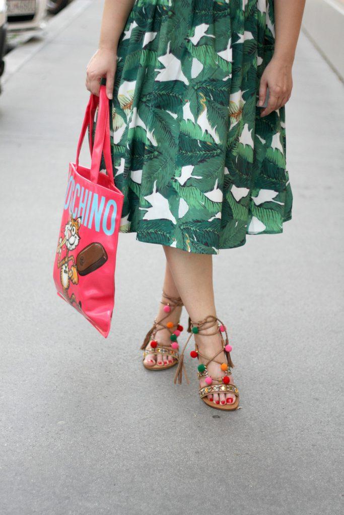 Blogger Outfit MagnumxMoschino Moschino Bag Bommelschuhe Pom Pom Sandals Palmenkleid