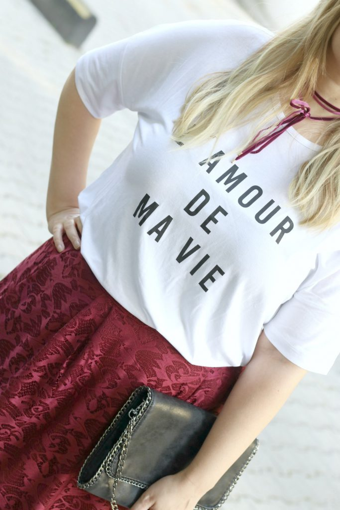 Blogger Outfit Rot Lederjacke Statement Shirt Spitzenrock Chocker Samt
