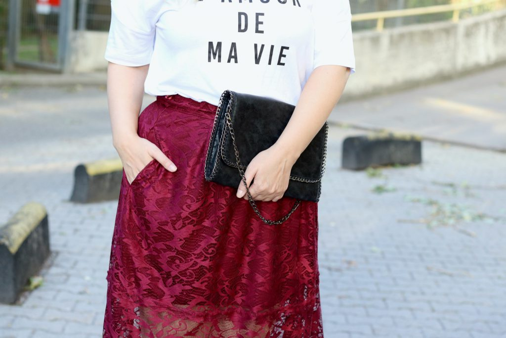 Blogger Outfit Rot Statement Shirt Spitzenrock