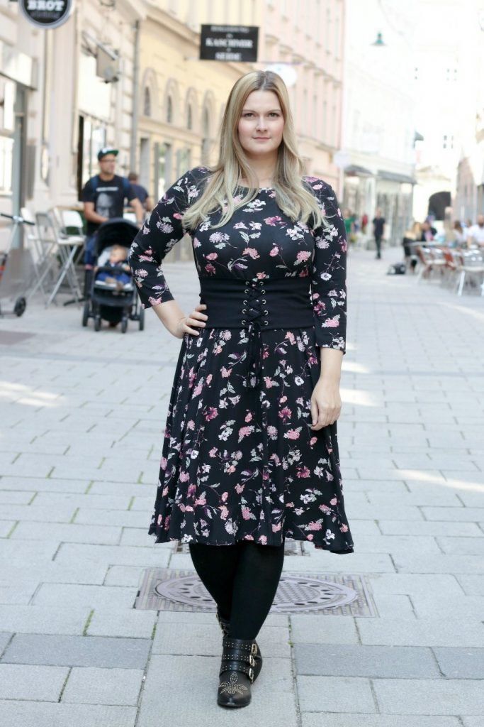 blogger outfit blumen kleid boots susanna