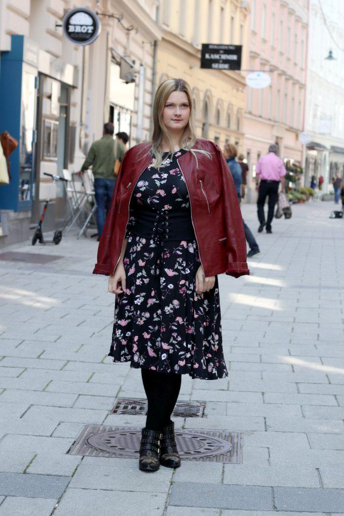 blogger outfit lederjacke boots blumen kleid rockig