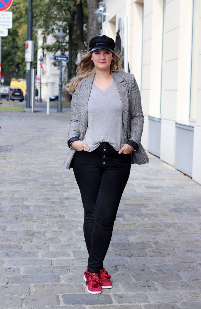 blogger outfit karo blazer checked blazer schiffermutze modeblog wien puma vikky ribbon red