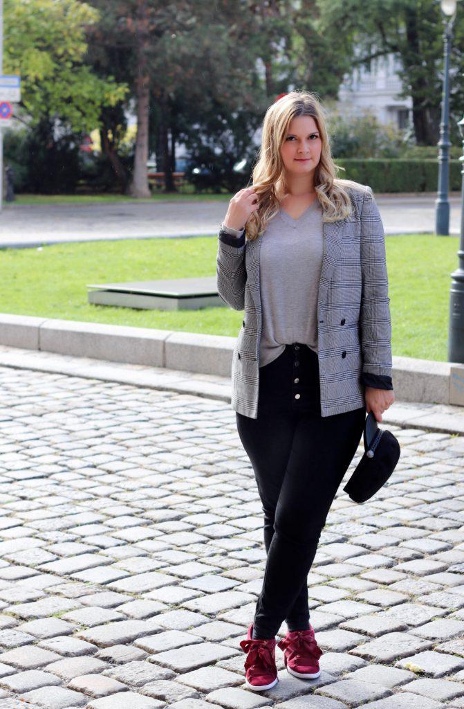 blogger outfit karo blazer checked blazer schiffermutze modeblog wien puma vikky ribbon red rot