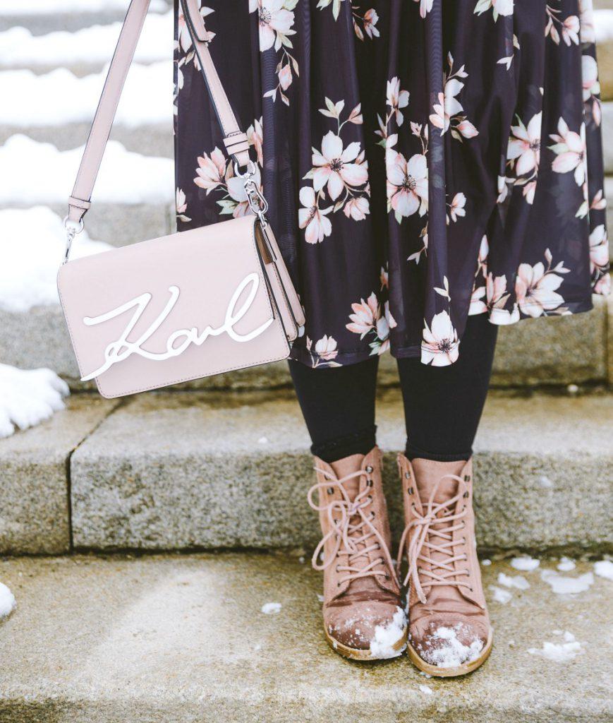 Blogger Outfit Fashionblog Blumenkleid Deichmann Boots rosa Karl Lagerfeld Bag