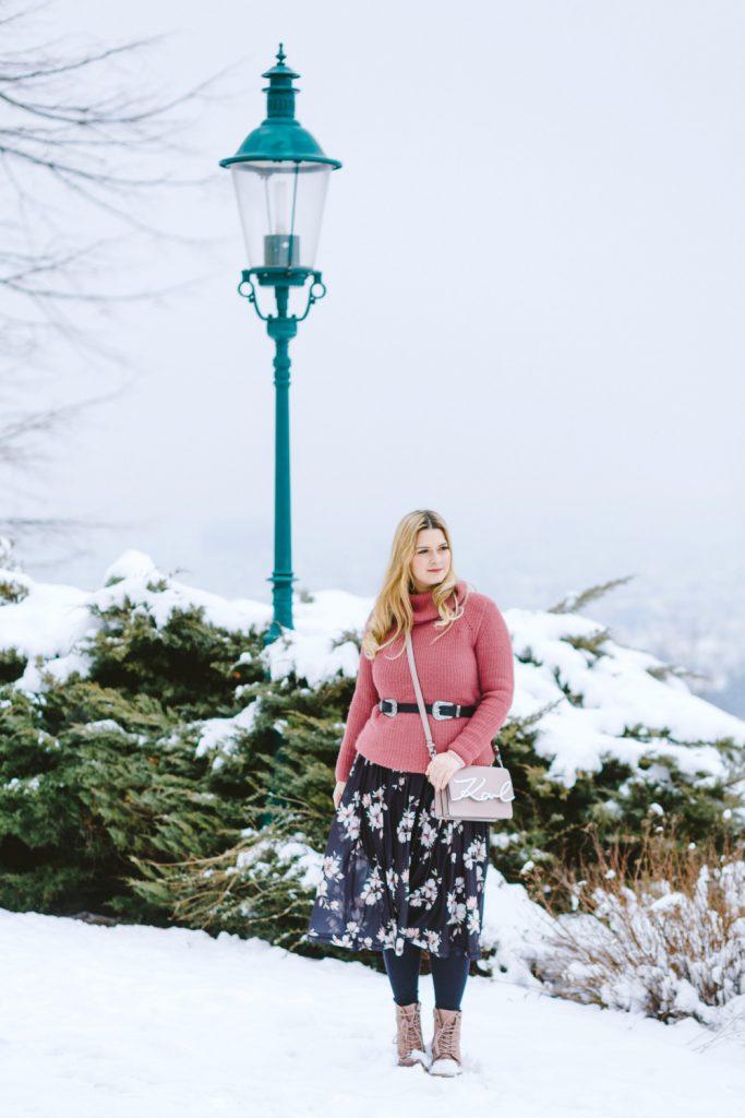 Blogger Outfit Fashionblog Wien Blumenkleid Rollkragenpulli Winter Deichmann Boots rosa Karl Lagerfeld Bag