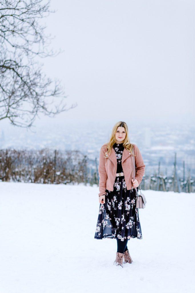 Blogger Outfit Fashionblog Wien Blumenkleid Rollkragenpulli Winter Deichmann Boots rosa Karl Lagerfeld Bag Valentino Belt rosa Lederjacke