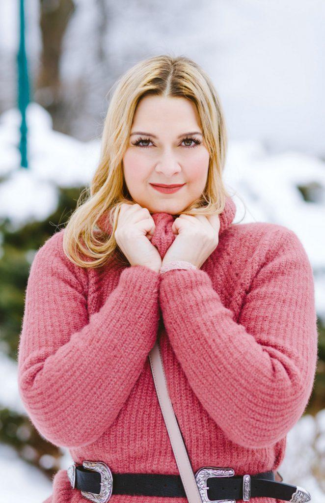 Blogger Outfit Fashionblog Wien Blumenkleid Rollkragenpulli Winter Portrait