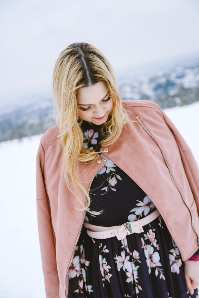 Blogger Outfit Fashionblog Wien Blumenkleid Rollkragenpulli Winter rosa Karl Lagerfeld Bag Valentino Belt rosa Lederjacke