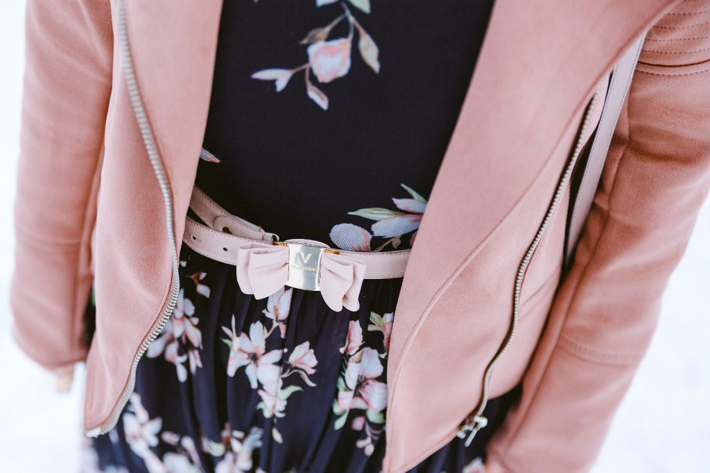 Blogger Outfit Fashionblog Wien Blumenkleid Winter Valentino Belt rosa Lederjacke