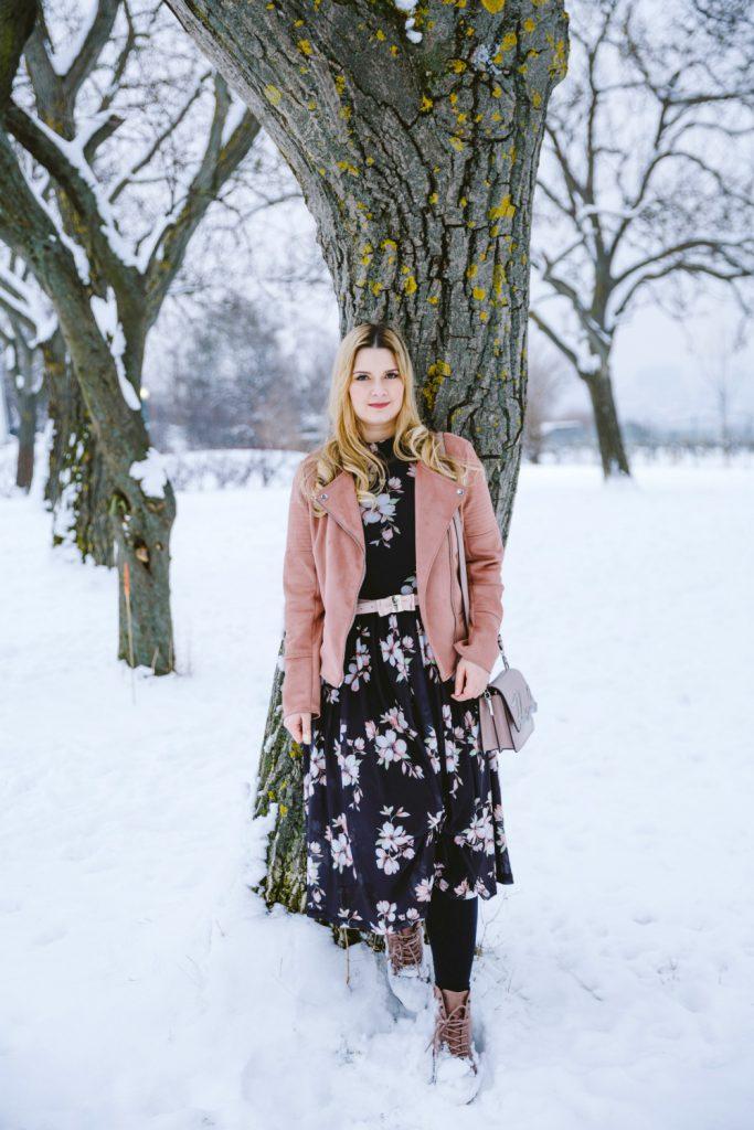Blogger Outfit Modeblog Osterreich Blumenkleid Winter Deichmann Boots rosa Karl Lagerfeld Bag Valentino Taillengurtel rosa Lederjacke