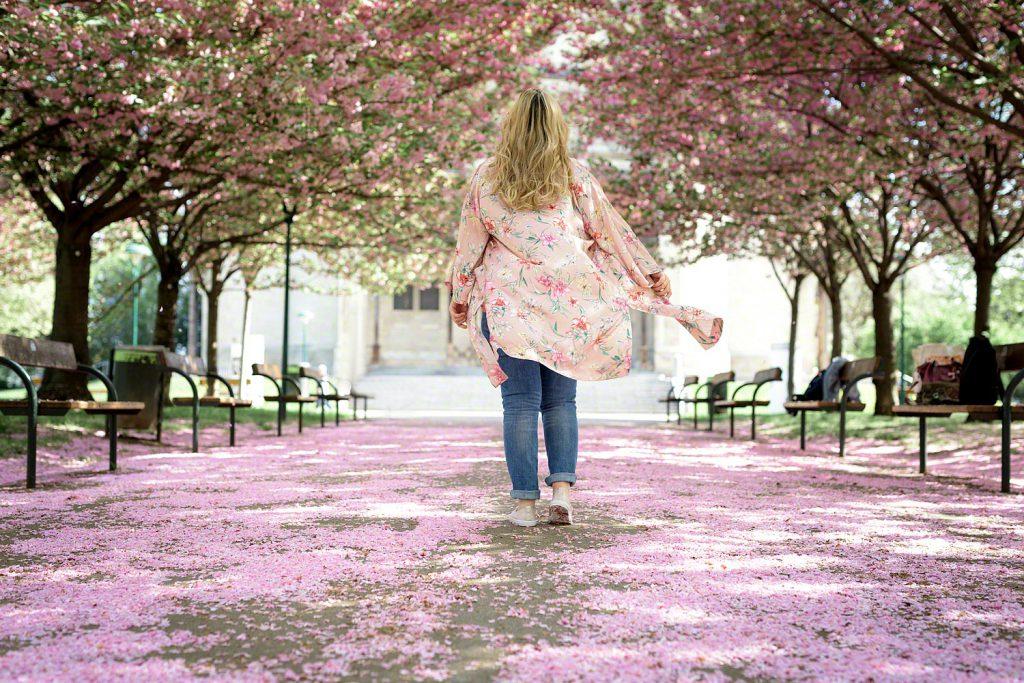 Outfit: Retro Vibes unter Kirschblüten