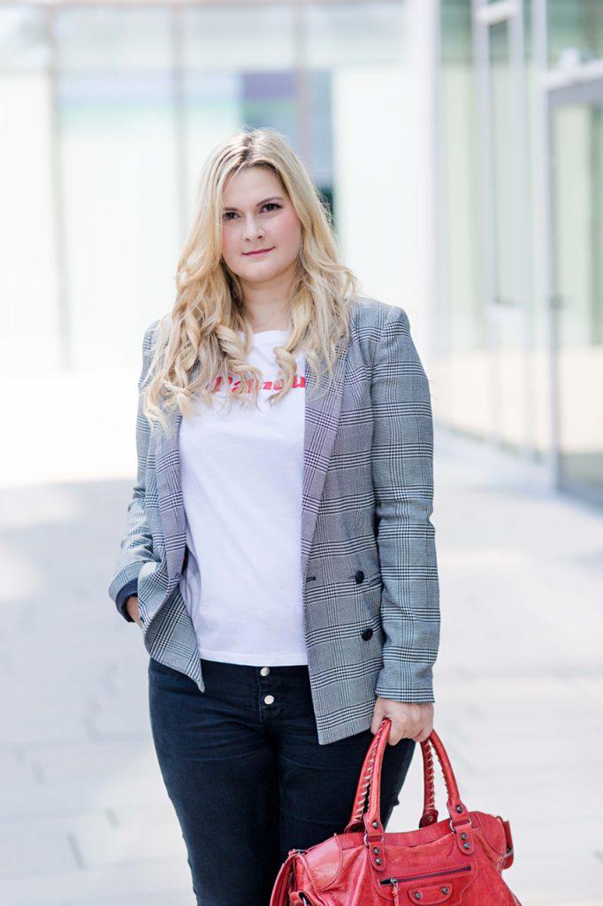 Blogger Outfit Checked karierter Karo Blazer Lamour Shirt Rot Modeblog Osterreich Fashionblog Wien
