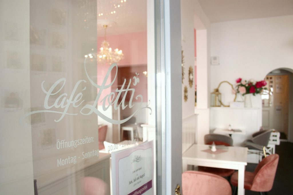 Cafe Lotti Munchen rosa weiss gold Cafe Cupcakes Westwing
