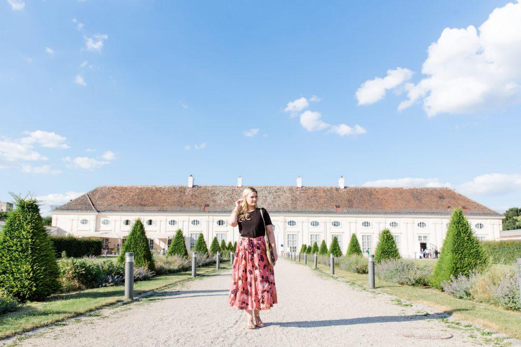 Fashionblog Modeblog Wien Mango Strohtasche Zara Midirock Blogger Outfit