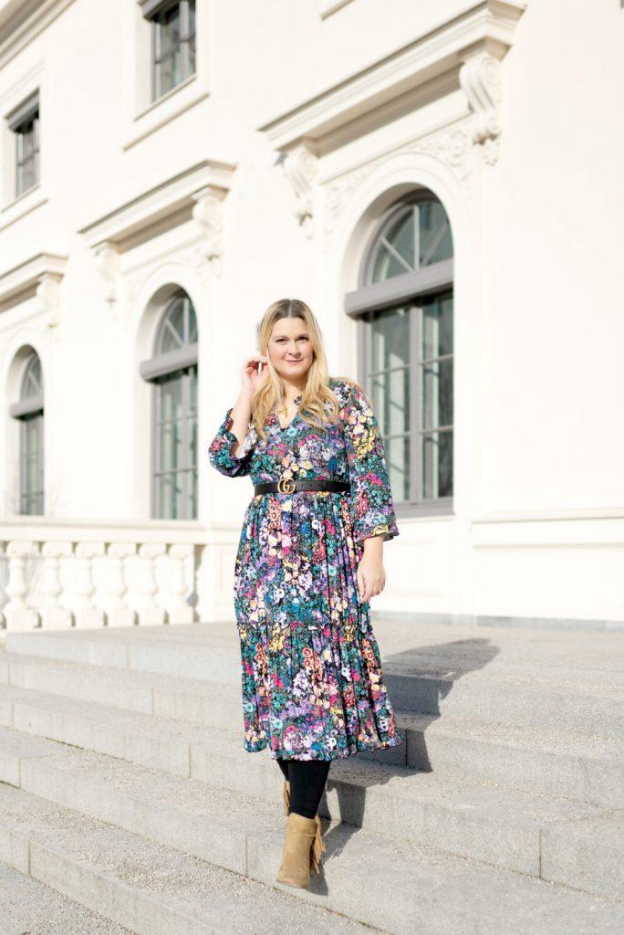 Blogger Fashion Outfit Celine Buchstabe Kette Gucci Gurtel Blumenkleid Boots Fashionblog