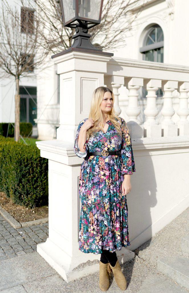 Blogger Fashion Outfit Celine Buchstabe Kette Gucci Gurtel Blumenkleid Fashionblog Munchen