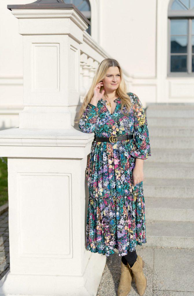 Blogger Fashion Outfit Celine Buchstabe Kette Gucci Gurtel Blumenkleid Fashionblog Munchen Bonprix