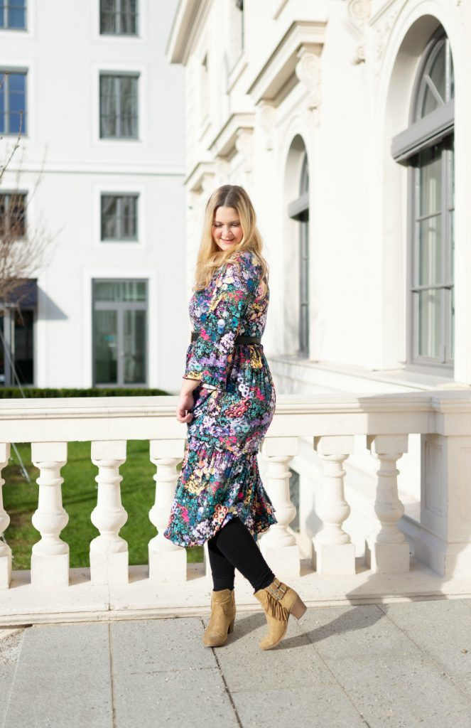 Blogger Fashion Outfit Celine Buchstabe Kette Gucci Gurtel Blumenkleid Fashionblog Wien
