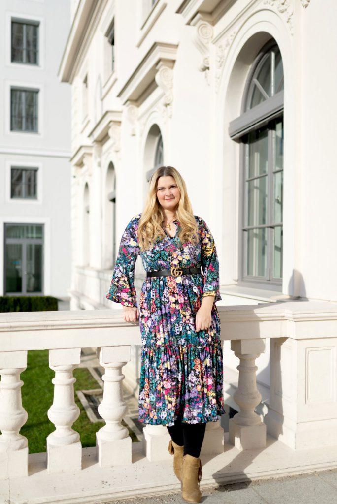 Blogger Fashion Outfit Celine Buchstabe Kette Gucci Gurtel Blumenkleid Flowerdress