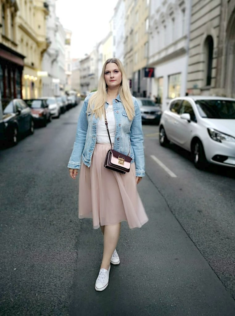 Flamingo Jeansjacke rosa Tullrock weiss Converse Blogger Outfit Kirschblueten Fashionblog Osterreich Wien