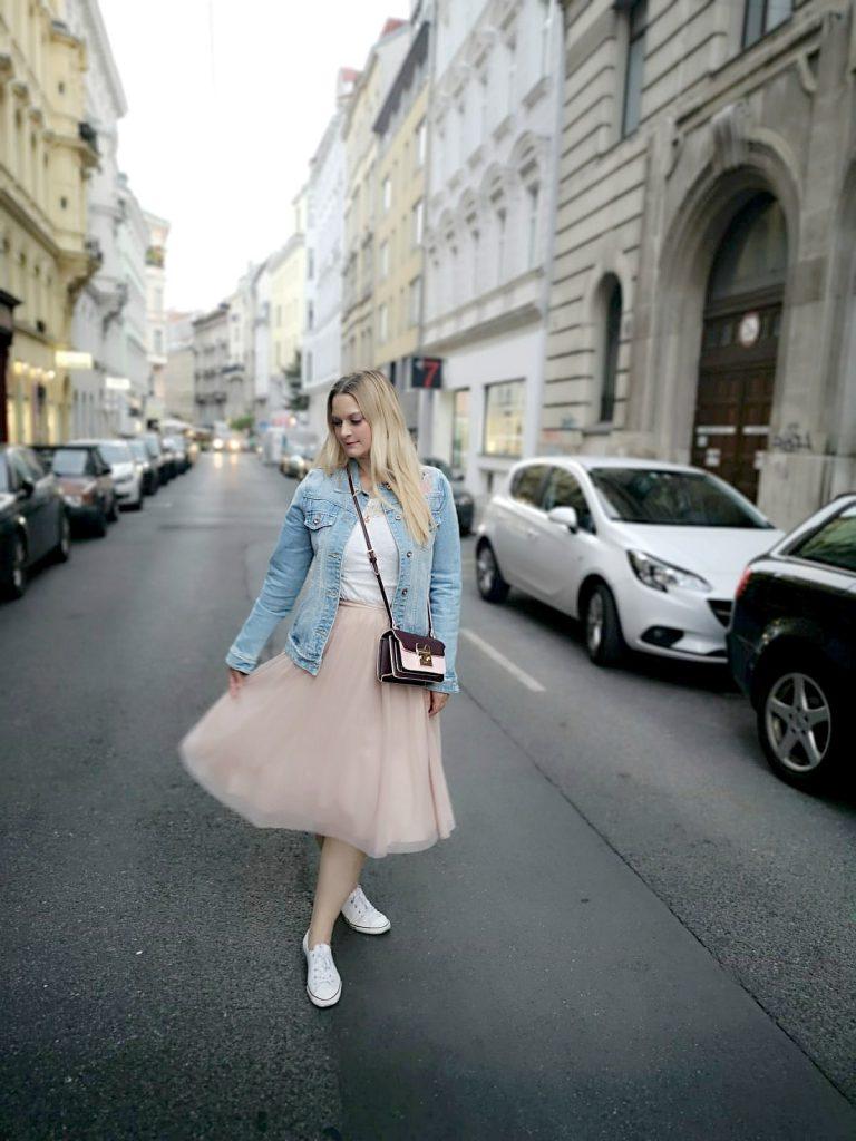 Flamingo Jeansjacke rosa Tullrock weiss Converse Blogger Outfit Kirschblueten Osterreich Wien