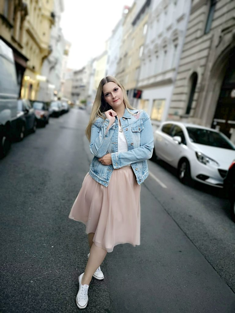 helle Denim Jeansjacke rosa Tullrock weiss Converse Blogger Outfit Kirschblueten Fashionblog Osterreich Wien