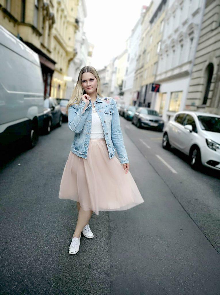 helle Jeansjacke rosa Tullrock weiss Converse Blogger Outfit Kirschblueten Fashionblog Osterreich Wien