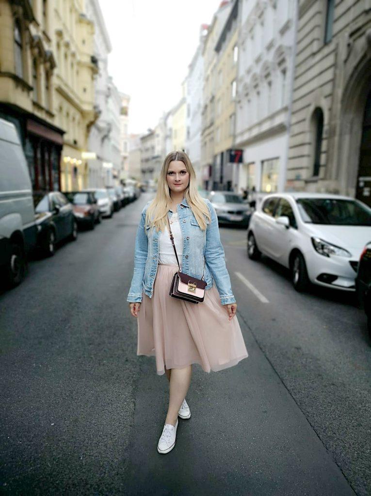 rosa rot Kombination Jeansjacke rosa Tullrock weiss Converse Blogger Outfit Kirschblueten Fashionblog Osterreich Wien