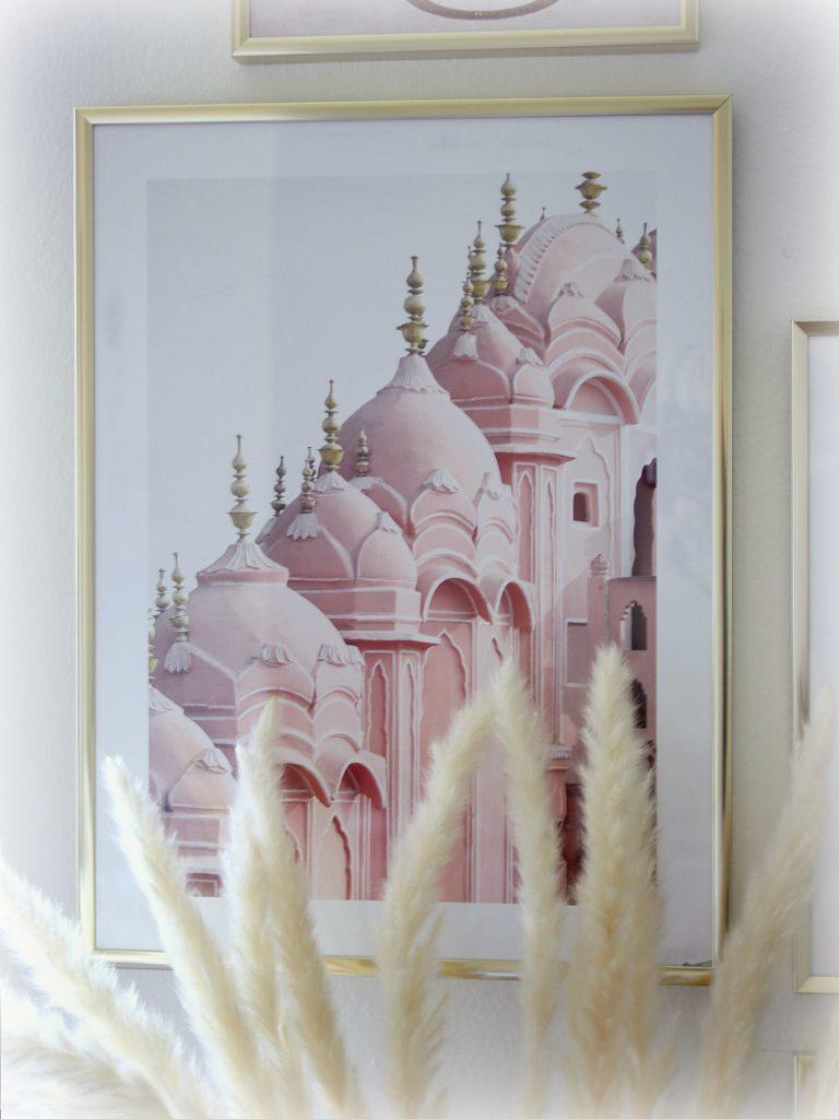Desenio Bilderwand mit Poster gestalten Blog Home Decor Wohnzimmer Sideboard Pampasgras rosa gold