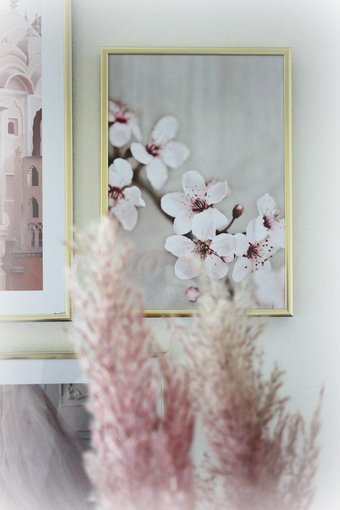 Desenio Bilderwand mit Poster gestalten Blog Home Decor Wohnzimmer Sideboard Pampasgras rosa gold Gallery Wall
