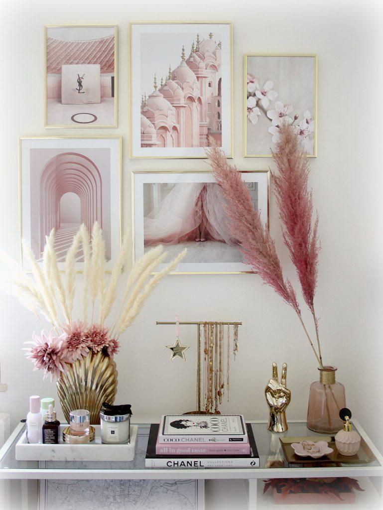 Desenio Bilderwand mit Poster gestalten Interior Blog Home Decor Wohnzimmer Sideboard Pampasgras rosa gold Mamor Ikea Hack